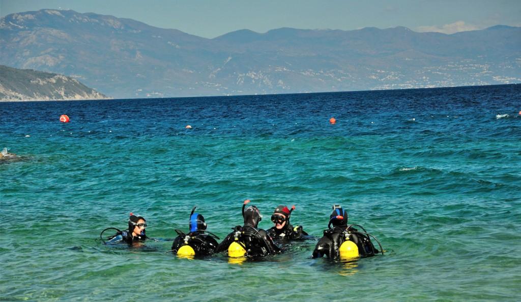 Taucher bei der AOWD Ausbildung in der Adria am Strand von KRK