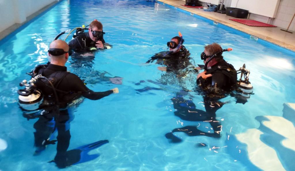 Tauchausbildung im Schwimmbad des Tauchsportzentrums Nordhausen